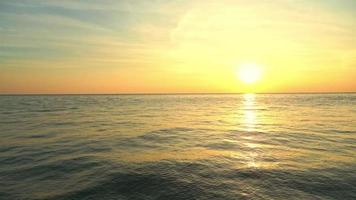 hermosa naturaleza puesta de sol en el mar océano