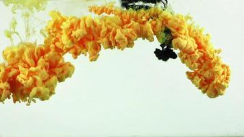 peinture jaune et noire étalée sous l'eau