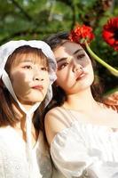 mujeres y flores a la luz del sol. foto