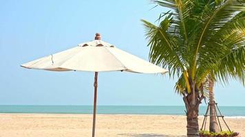 guarda-sol na praia e mar video