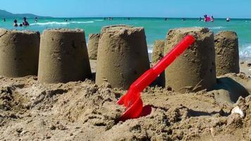 châteaux de sable près de la plage