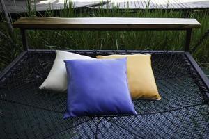 Almohadas de colores en una hamaca de red foto