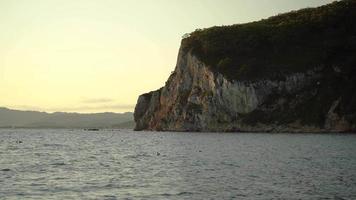 paisagem marinha com vista para a montanha contra o céu. Nakhodka, Rússia video