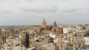 cúpulas da basílica de senglea, nas três cidades fortificadas de malta - tiro aéreo em órbita lenta