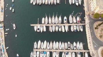 Imágenes 4 k de una vista de pájaro de veleros atracados en un puerto deportivo de la isla mediterránea de malta.