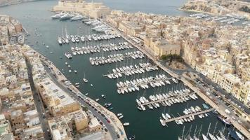 grand harbour marina view yatch port nas três cidades, malta - sobrevôo