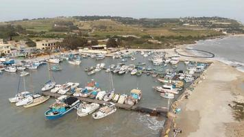 puerto deportivo maltés metraje drone yate vista aérea barco puerto lujo turismo litoral viajes marsaxlokk malta video