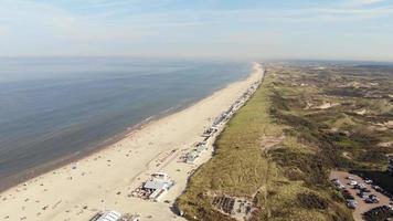longa e ampla praia de wijk aan zee, areia fofa, água lisa e dunas, Holanda video