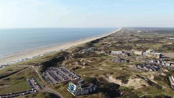estância turística costeira de wijk aan zee, holanda. linda praia de areia e dunas video
