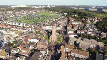 imagens aéreas de drones 4k, panoramizando o horizonte da pequena cidade costeira de wijk aan zee, no norte da Holanda, Holanda. video
