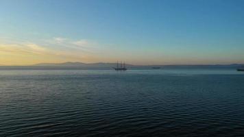 vista aérea del paisaje marino con una vista del velero video