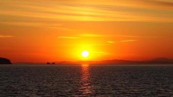 vista do mar com belo pôr do sol e sol. baía de amur, vladivostok