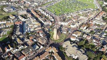 imagens aéreas de drones 4k da pequena cidade costeira de wijk aan zee, no norte da Holanda. video