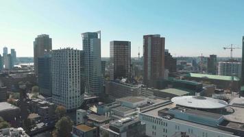 imagens diurnas de drones aéreos de arranha-céus e a paisagem urbana de Rotterdam, Holanda. video