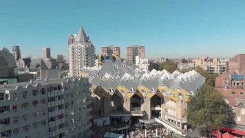 imagens de drones aéreos de edifícios de design contemporâneo moderno na cidade de Rotterdam, Holanda. video