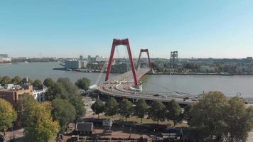 imagens aéreas da ponte willemsbrug atravessando um canal de água em Rotterdam, Holanda. video