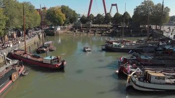 drone vuela sobre el puerto de rotterdam, países bajos, donde están atracados los barcos y barcazas.