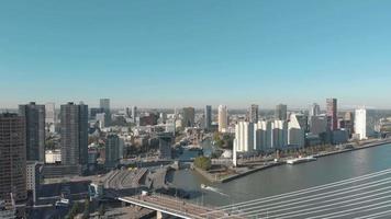 imagens de drone de uma parte direita lenta da cidade de Rotterdam, Holanda e seu canal de água em um dia ensolarado.
