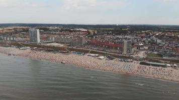 filmagem de uma praia lotada ao longo da costa do mar do Norte, perto da cidade de zandoort, na Holanda. video