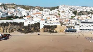 panorâmica da costa mediterrânea de albufeira no algarve, portugal - foto aérea panorâmica video
