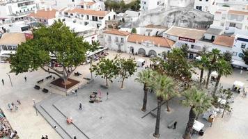 imagens aéreas de drones 4k de uma praça na cidade turística de albufeira. uma comunidade costeira na região do sul do algarve, em portugal, oferece belas praias e uma vida noturna agitada para os turistas. video
