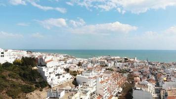vista de mar e paisagem branca da cidade de albufeira, no algarve, portugal - fotografia aérea ampla revelada video
