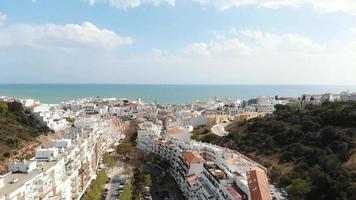 paisagem mediterrânea de albufeira, faro, no algarve, portugal - foto aérea panorâmica video