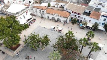 praça histórica da cidade velha perto da praia dos pescadores em albufeira, algarve, portugal - inclinar para cima revelar fotografia aérea video