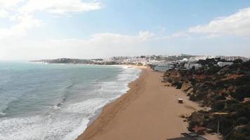 praia de areia de albufeira junto ao oceano atlântico. destino de férias paradisíaco