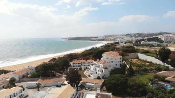 vista aérea da praia de albufeira e oceano atlântico em dia de sol. video