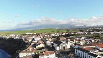 Imagens de drone 4k de uma bela comunidade com vista para a costa dos Açores, Portugal.