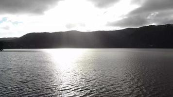 Beau coucher de soleil vue aérienne d'une lagoa, lac, des îles Açores, Portugal video