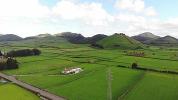 Imagens de drones aéreos de 4k panoramizando a paisagem dos lindos campos agrícolas verdes dos Açores de Portugal. video