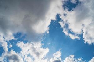 cúmulos en un cielo azul