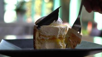 Gros plan de gâteau mousse à la mangue et aux fruits de la passion video