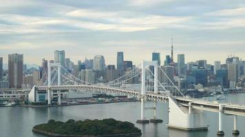 Timelapse du pont arc-en-ciel avec tour de tokyo en arrière-plan, tokyo, japon