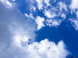 clima de verano y cielo azul de fondo con espacio de copia foto