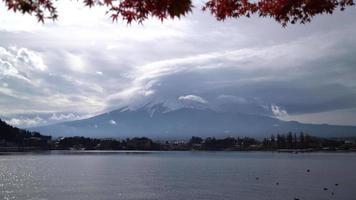 montanha fuji com lago e folhas de bordo vermelho no japão