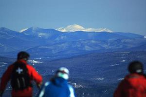 New Hampshire, EE.UU. 2011 - los esquiadores en el resort ven una montaña blanca en la distancia foto