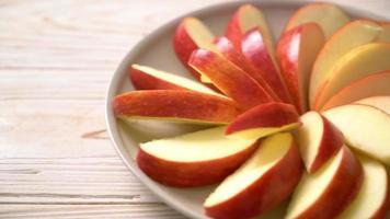 Rodajas de manzana roja fresca en un plato video