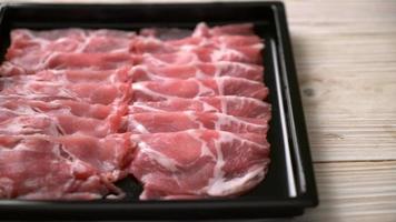 Fatias frescas de porco de colarinho cru