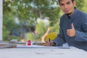 ingeniero arquitectónico diseña la construcción de un edificio para un proyecto de casa foto