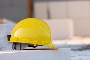 casco amarillo casco de seguridad en la construcción del sitio foto