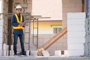 ingeniero arquitectónico inspecciona el control de calidad en la construcción del sitio foto