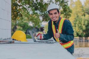 ingeniero que trabaja en la computadora portátil en la construcción del sitio foto