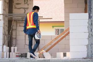 ingeniero arquitectónico se encuentra en la construcción del sitio foto