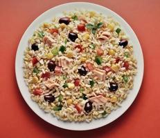 plato de ensalada de arroz de cebada y espelta foto