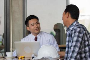 Arquitectos planificando un nuevo proyecto en el sitio de construcción. foto
