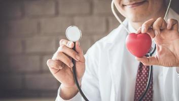 primer plano, de, doctor, manos, con, corazón foto