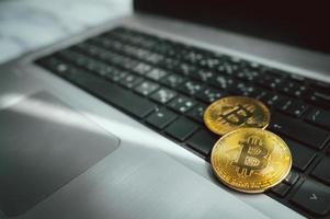 2021 - editorial ilustrativa de monedas de oro con símbolo bitcoin foto